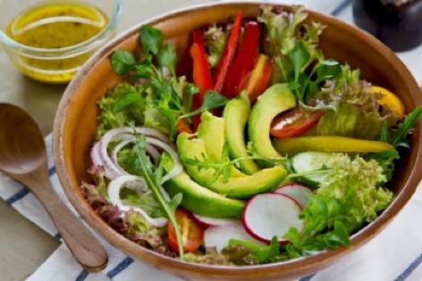 Come si prepara l'insalata gustosa che sgonfia la pancia e depura l'organismo